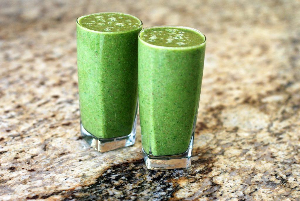 zwei Gläser mit grünem Detox.Saft