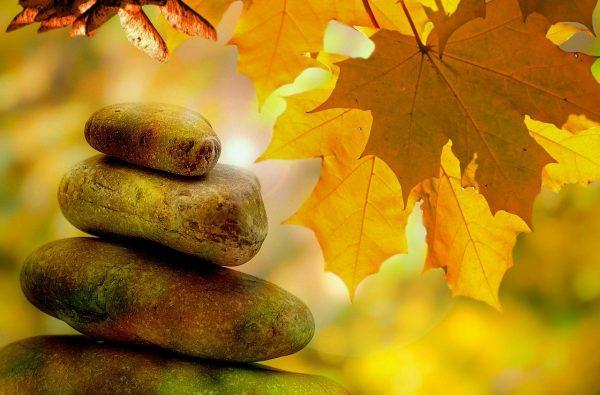 kleine runde Steine aufgestapelt, Basenfasten in Bad Mühllacken