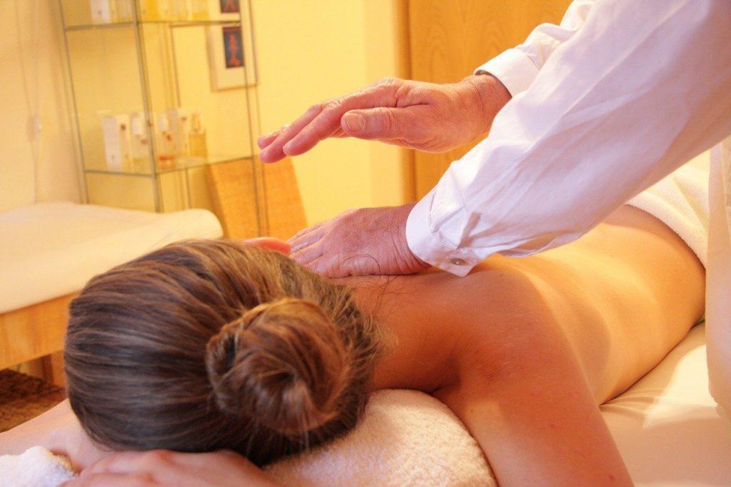 eine Frau bekommt eine Wellness Massage