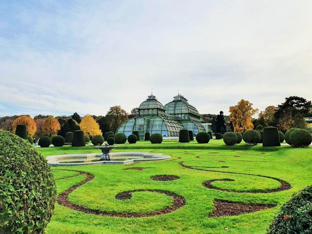 historische Glashäuser in Parkanlage Schönbrunn