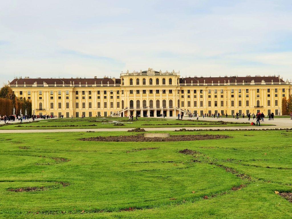 Hinterfront von Schloss Schönbrunn Wien