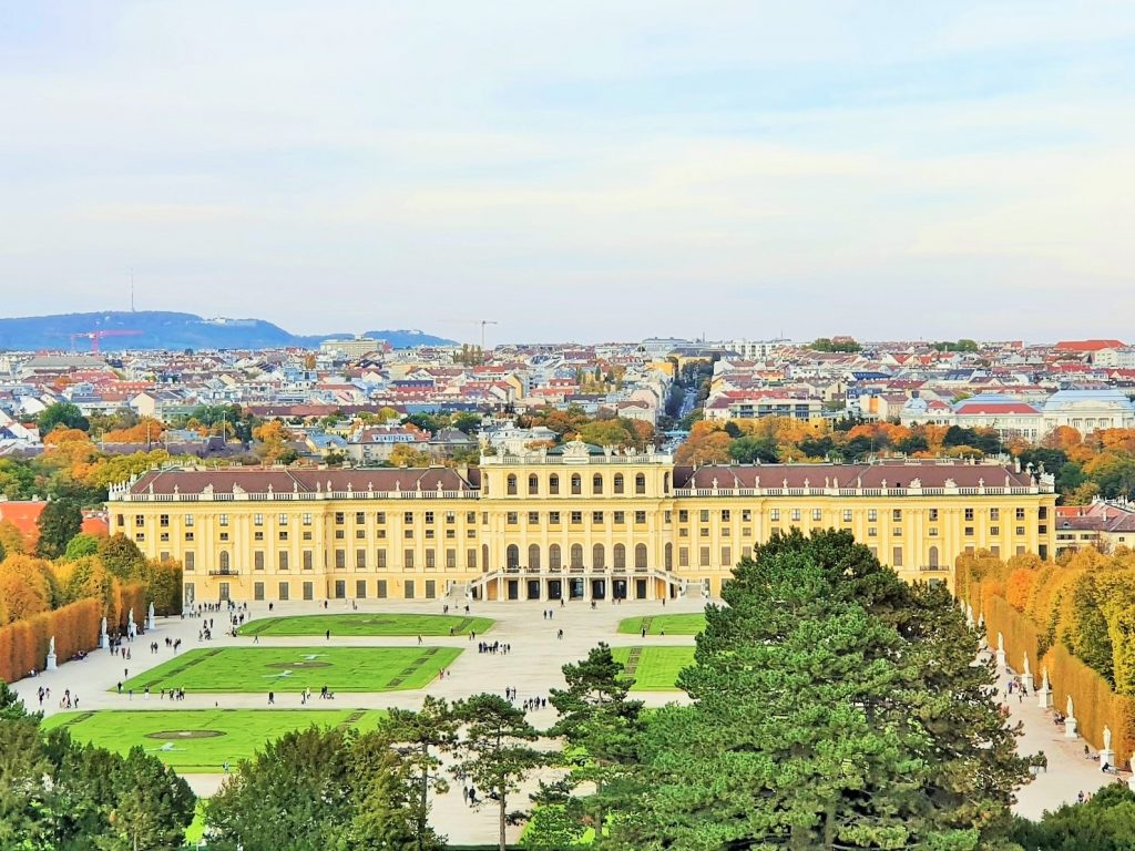 Spaziergung mit Blick von der Gloriette oben auf Schloss Schönbrunn