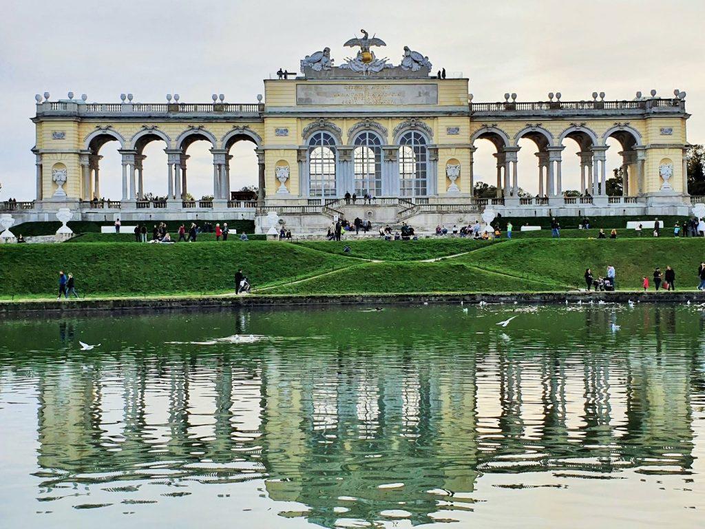 die Gloriette von Schönbrunn mit Wasserbecken davor