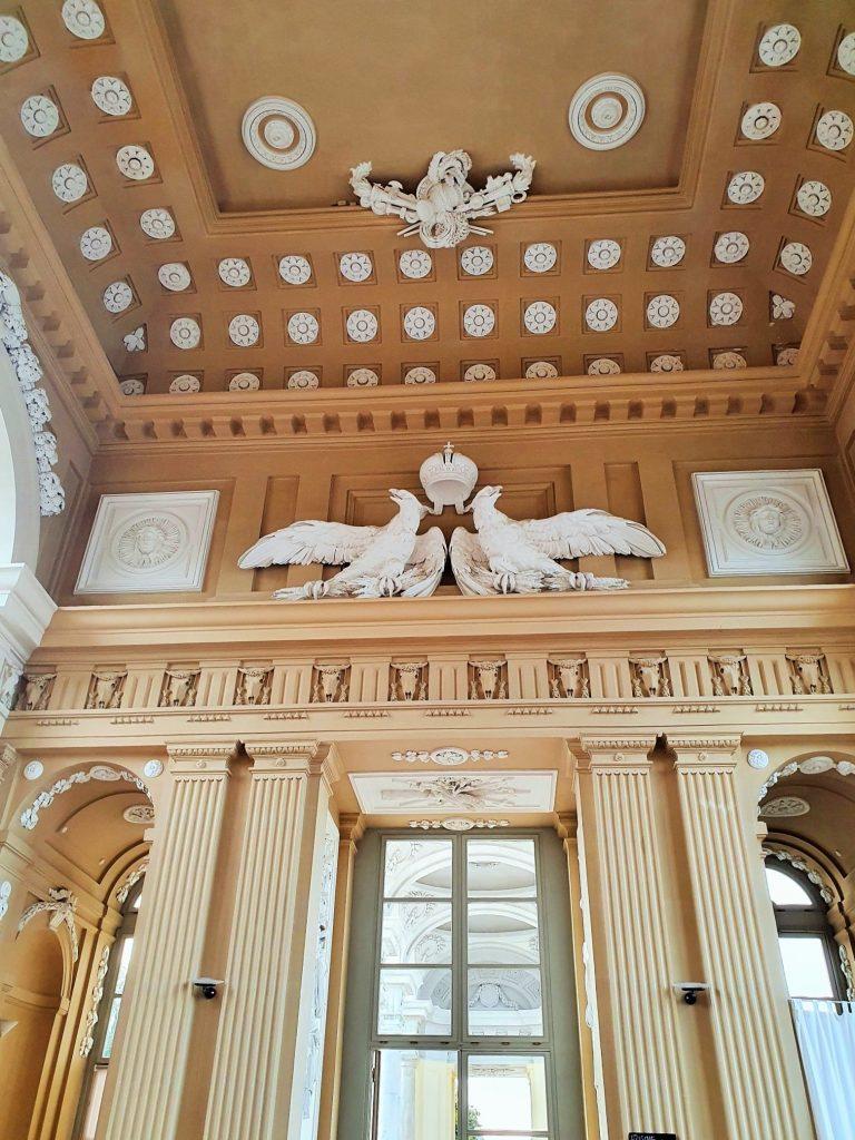 prunkvoller Saal mit Stuck-Dekorationen in der Gloriette Schönbrunn