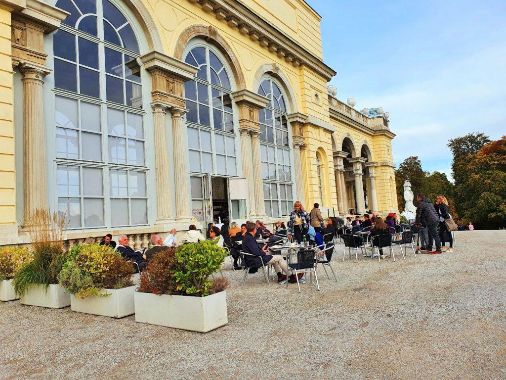 Outdoor Café vor einem historischen Gebäude in Wien