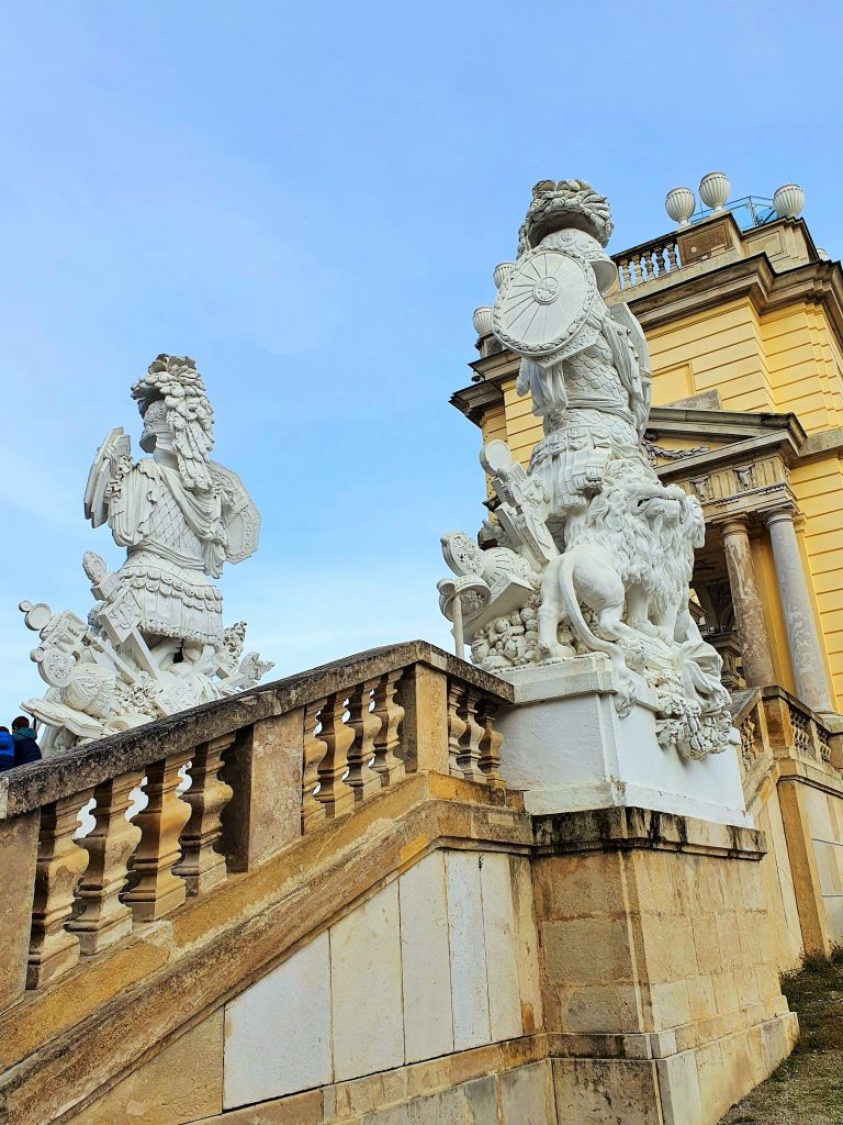 steineren Figuren auf einem historischen Stiegenaufgang