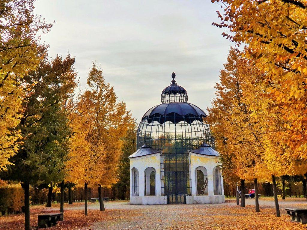 historisches Taubenhaus im Schönbrunner Park Wien