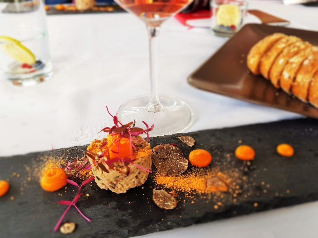 feine Trüffel-Speise auf schwarzer Steinplatte arrangiert