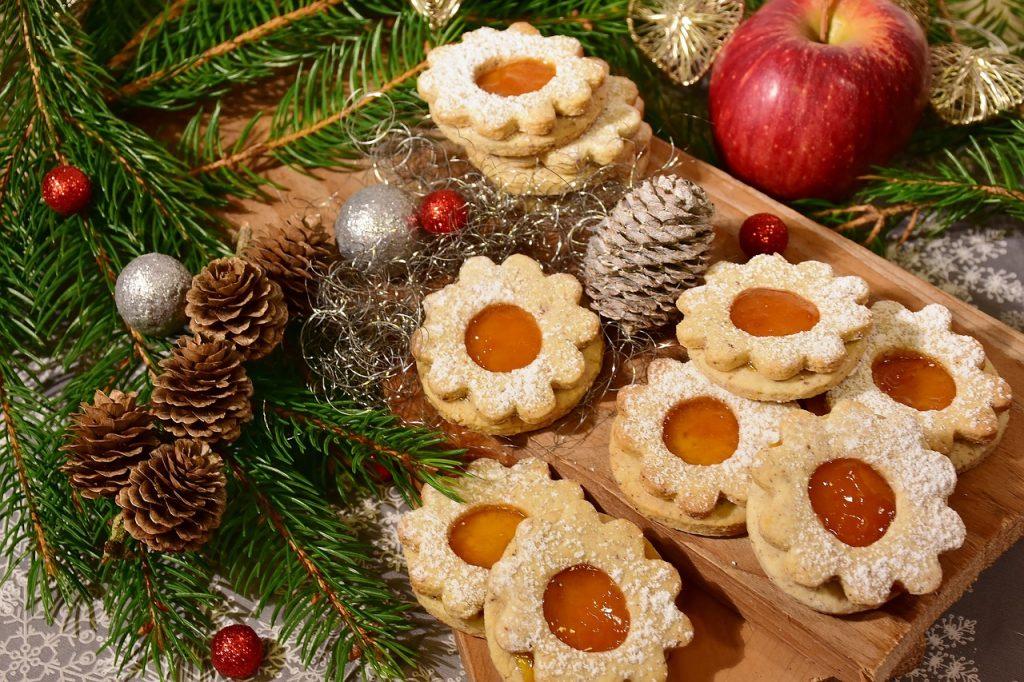 Kekse mit Marmelade für die Adventzeit
