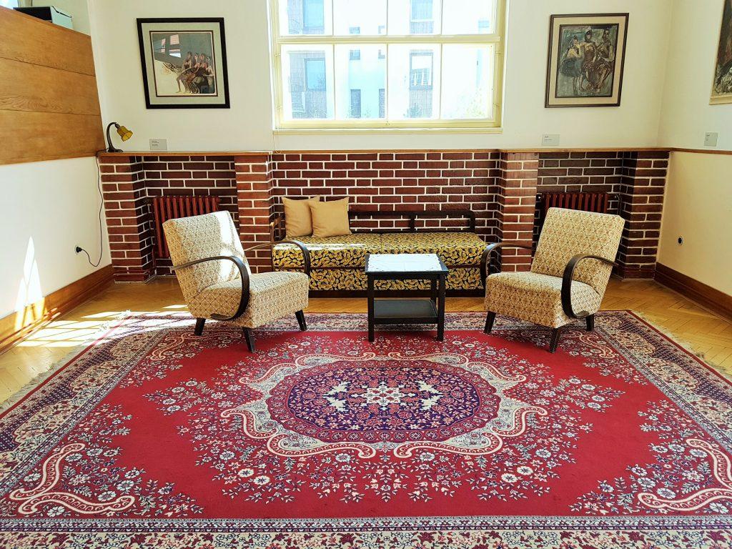 Wohn-Salon mit Sitzgruppe und Teppich von Adolf Loos gestaltet
