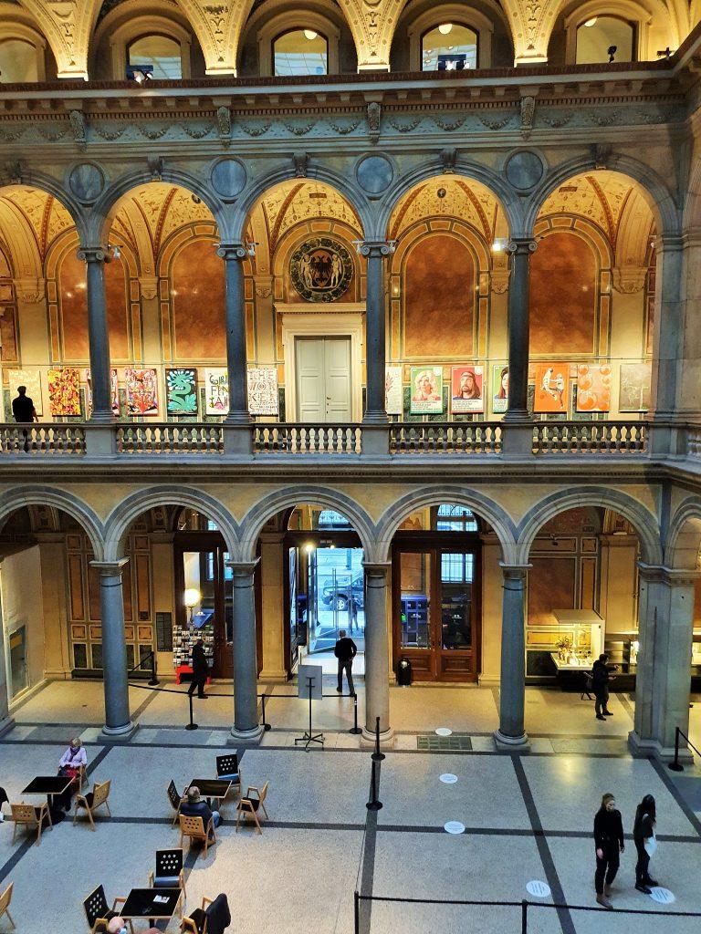 prächtige Säulenhalle im MAK Wien
