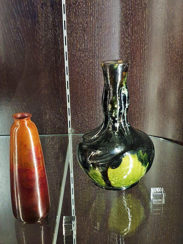 zwei Glasvasen in Glasvitrine