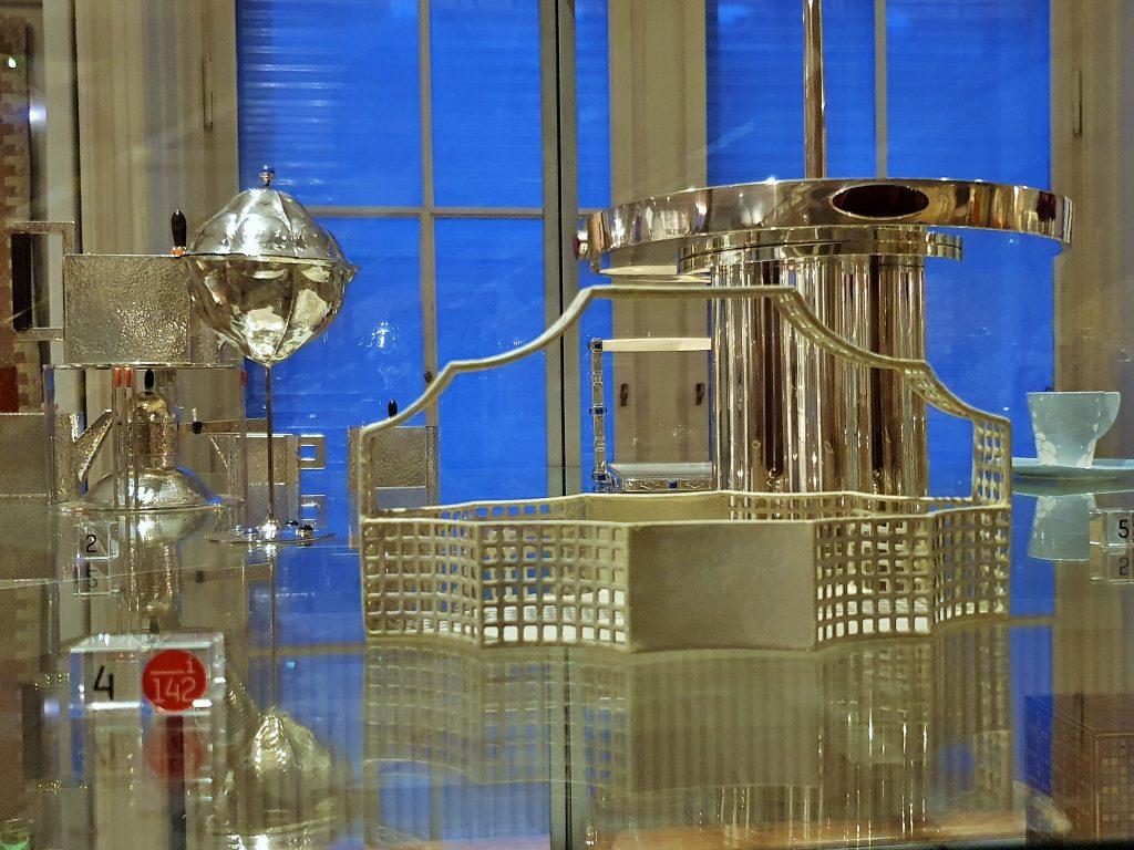 Silberner Henkelkorb im Stil der Wiener Moderne