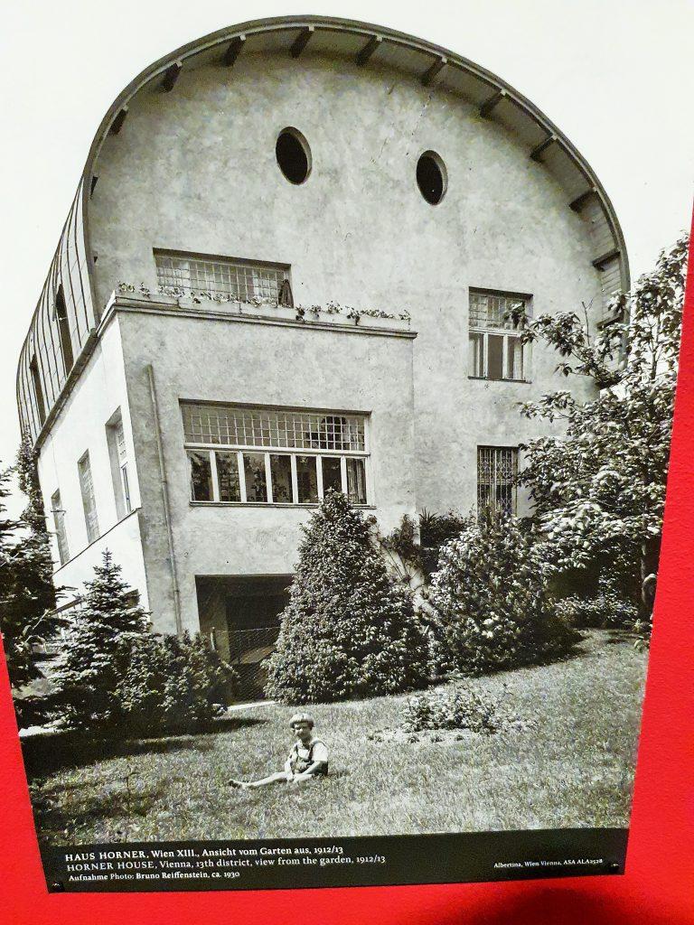 Haus mit rundem Dach von A. Loos