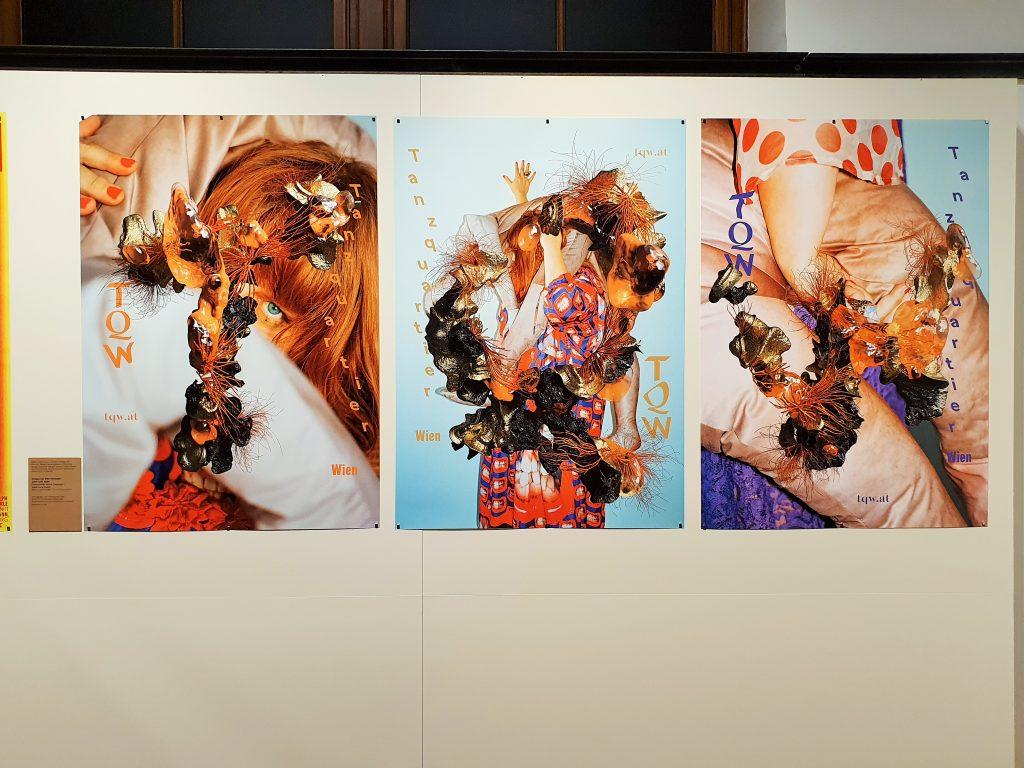Plakatdesign präsentiert auf Wand im MAK Wien