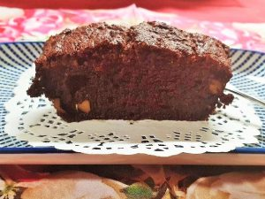Bananen-Kakao-Kuchen auf Teller serviert
