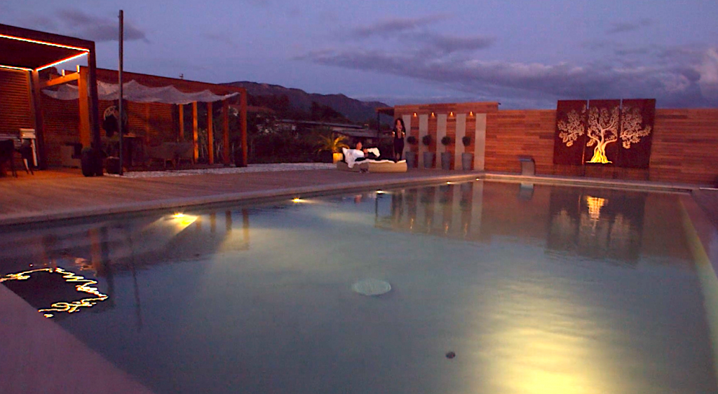 Outdoor Pool am Abend