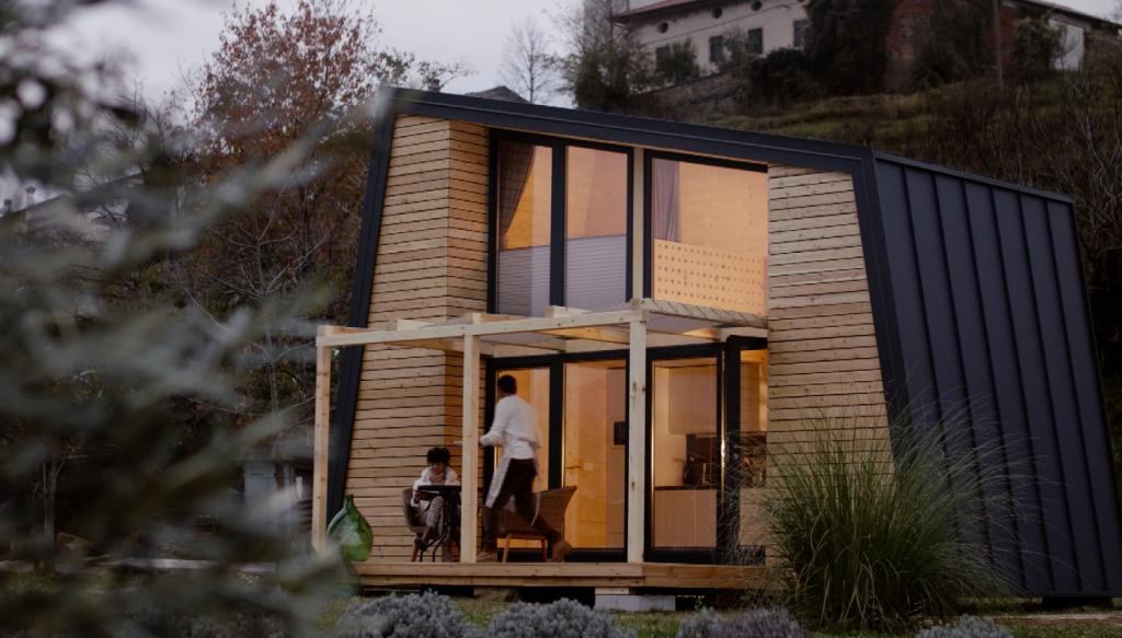 Urlaubstrend Glampyarding in einem Mobilheim aus Holz