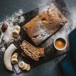 Bananen-Kakao-Kuchen mit geschälter Banane u. Espresso daneben