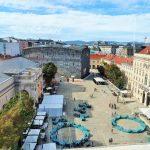 Blick von oben auf den großen Innenhof Museumsquartier Wien