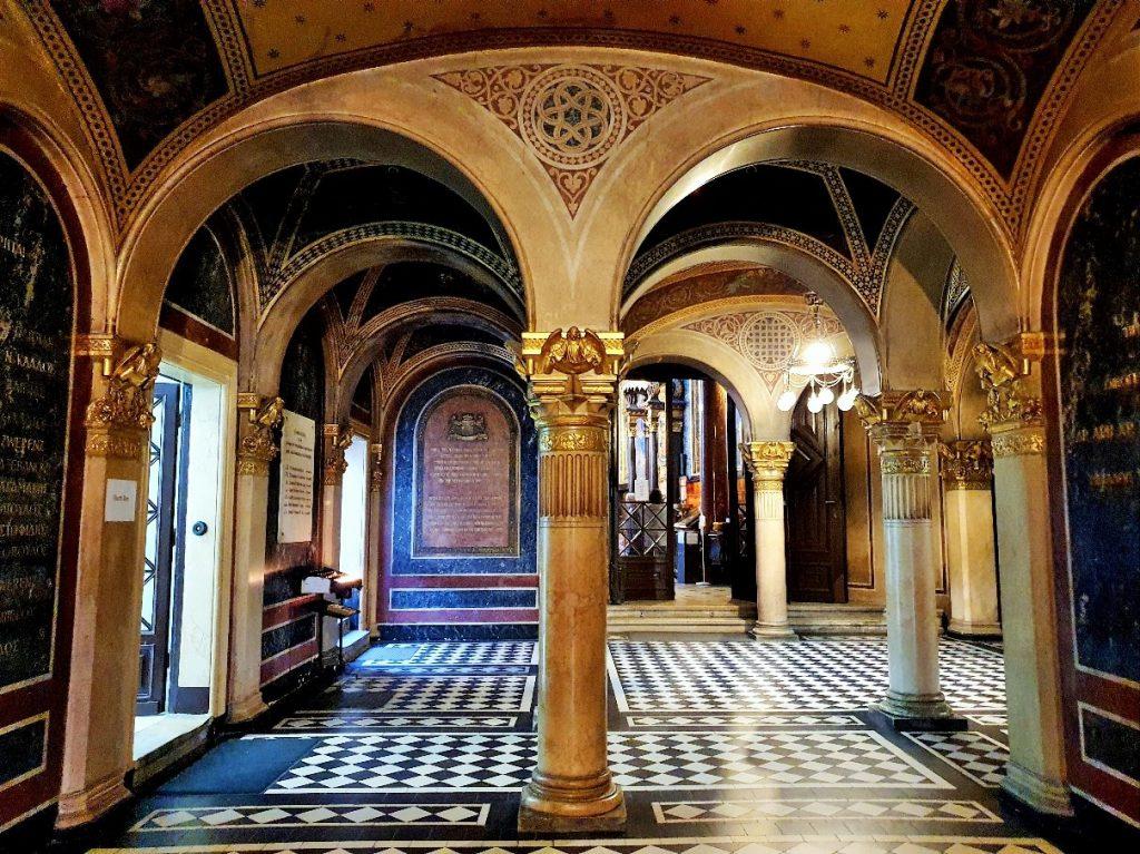 Innenraum mit Säulen der griechisch orthodoxen Kirche Wien