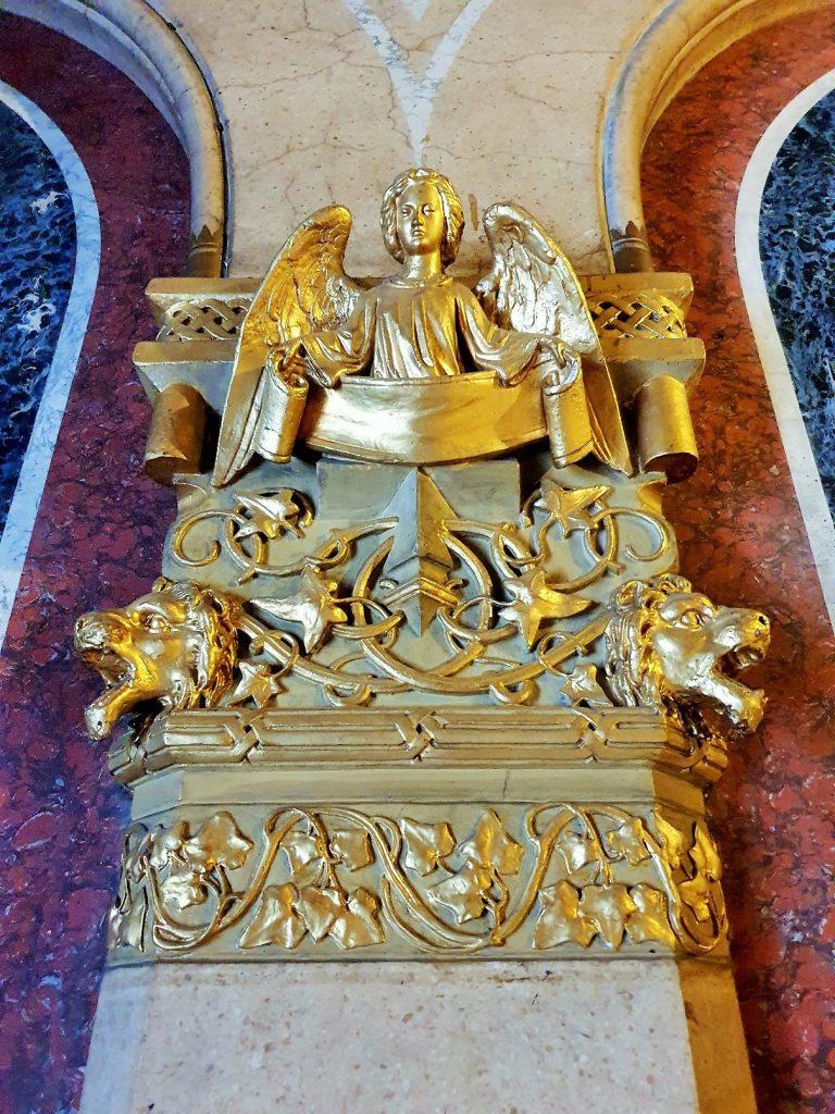 goldene Verzierung an einer Säule