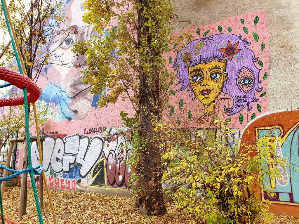 Streetart Murals Wien an einer Häuserwand im Park