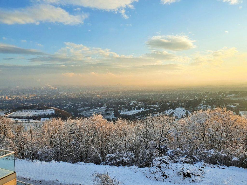Wien von oben mit Weitblick über die Winterlandschaft