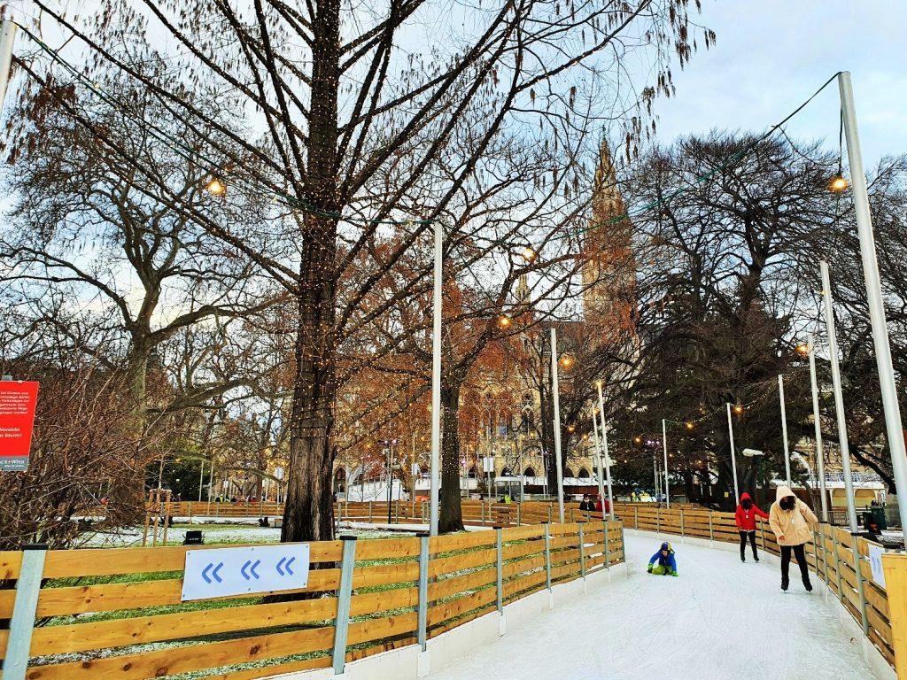 Eislaufbahn durch den Park mit Bäumen