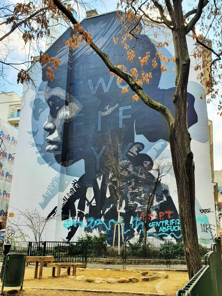 Graffiti Art über eine große Häuserwand