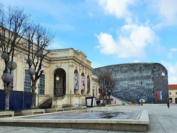 Kunsthalle mit Wasserbecken im Museumsquartier