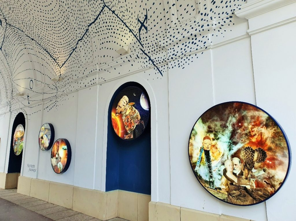 runde Kunst-Bilder in schöner Durchgangspassage
