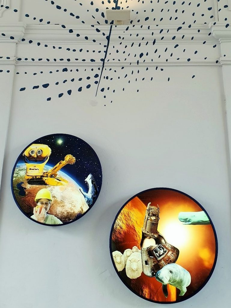 runde künstlerische Bilder an einer Wand