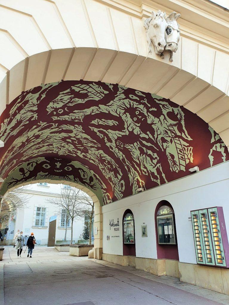 Gewölbe mit künstlerisch in Rot gestalteter Decke