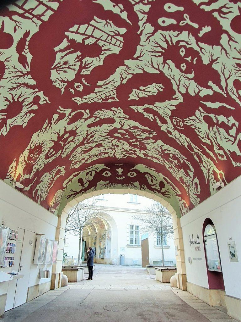 Gewölbe mit kunstvoll bemalter Decke, Streetart