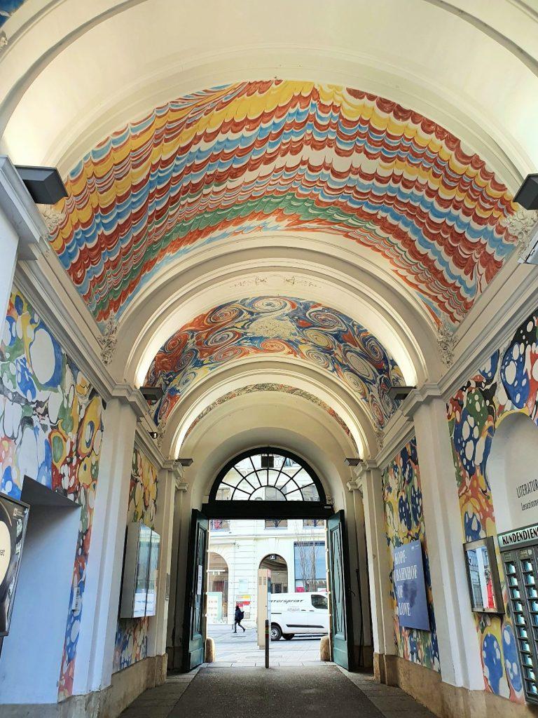 Passage mit künstlerisch bunt gestalteter Decke
