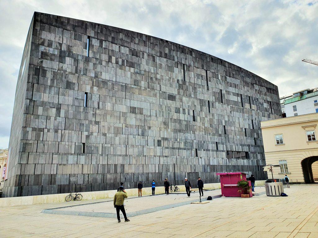 Modernes Gebäude in Form eines riesigen schwarzen Quaders