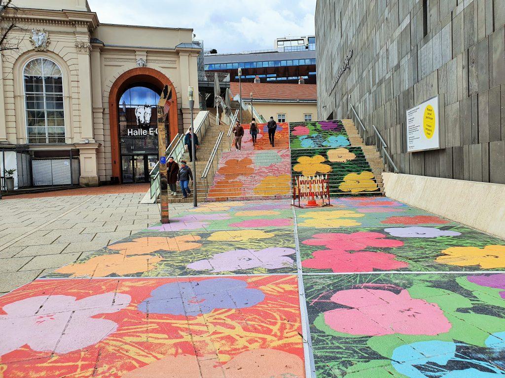 mit bunten Blumen bemalter Stiegenaufgang im Museumsquartier Wien