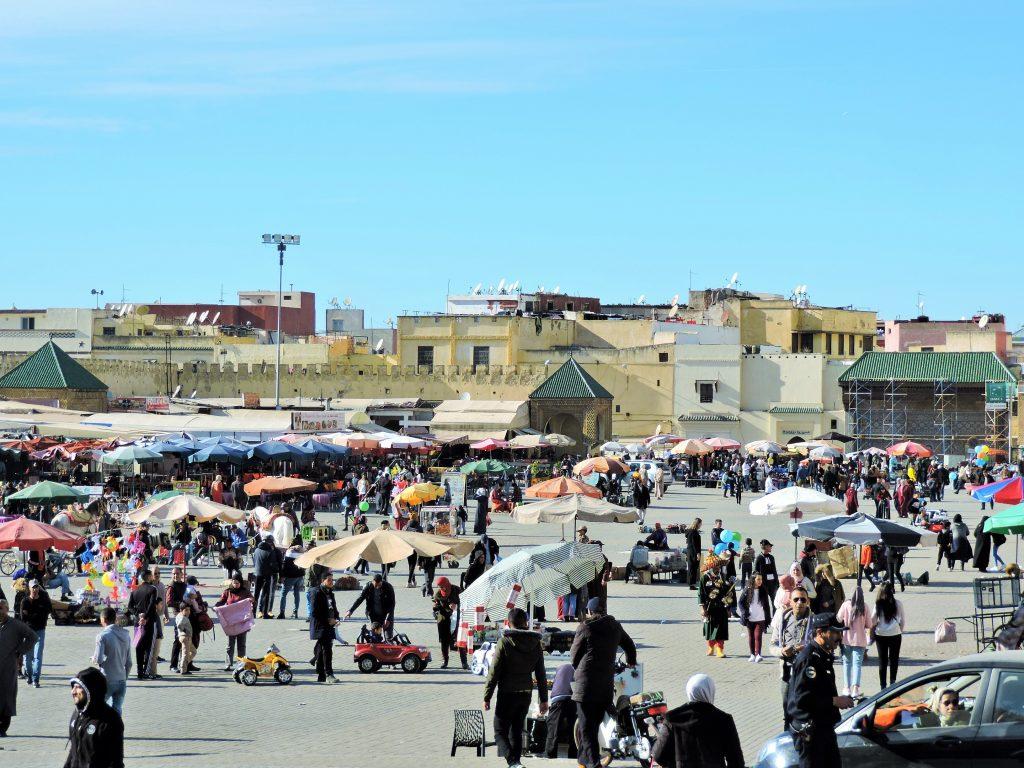 Menschen am Hauptplatz in der marokkanischen Stadt Meknes