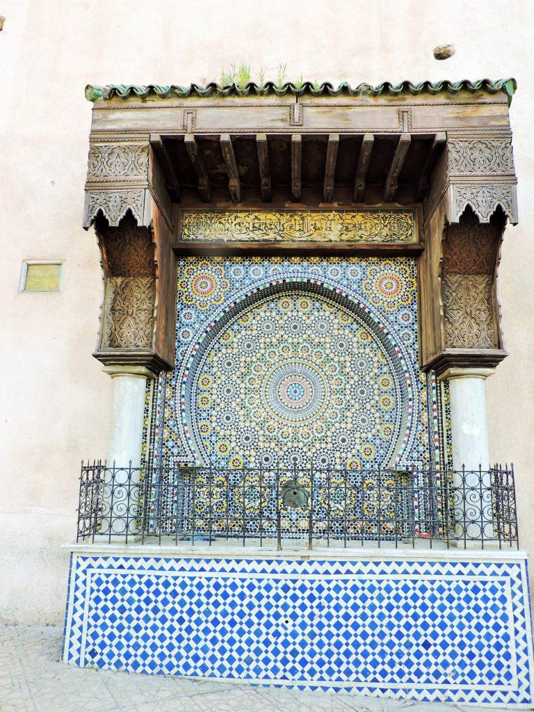 prachtvoller Mosaik-Brunnen an einer Häuserwand in Meknes