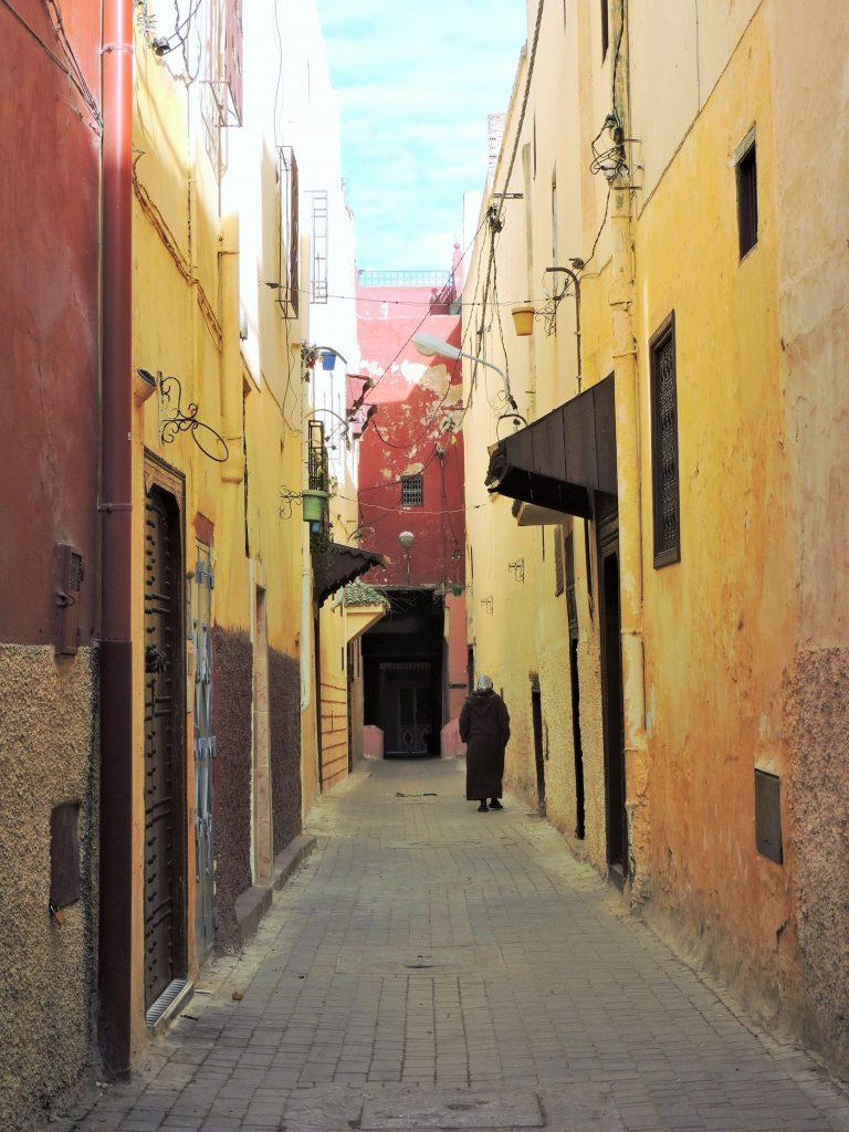 in einer engen Altstadtgasse Marokkos