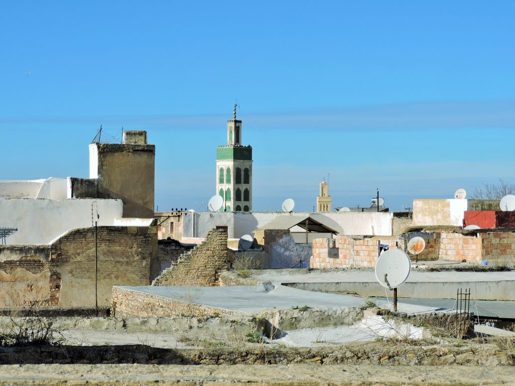 Blick über marokkanische Altstadt Dächer auf Moschee-Turm