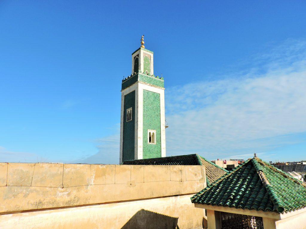 türkisfarbener viereckiger Turm in Meknes, Marokko