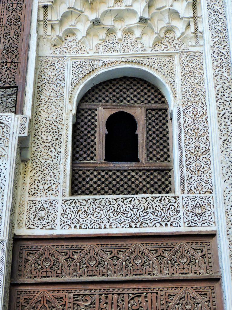 historisches Gebäude mit prachtvoller Mosaikfassade in Marokko