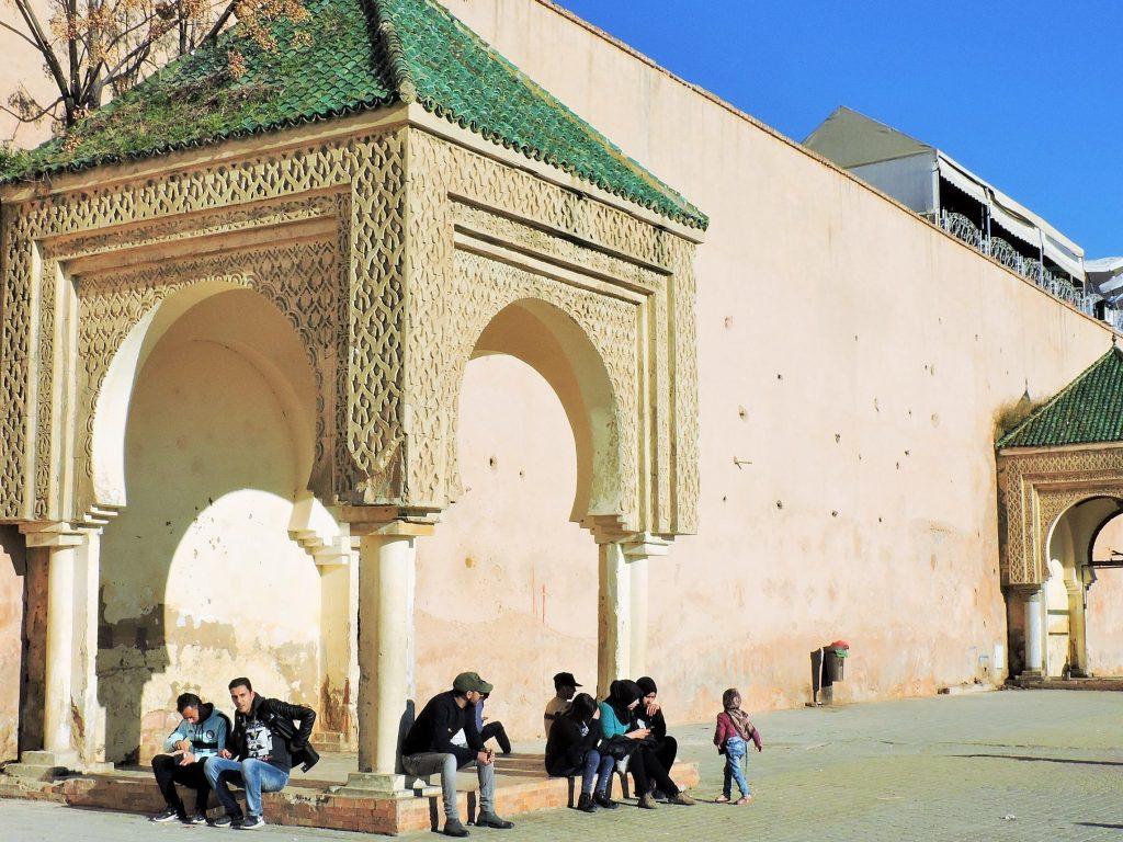 Platz mit Menschen sitzend in Meknes