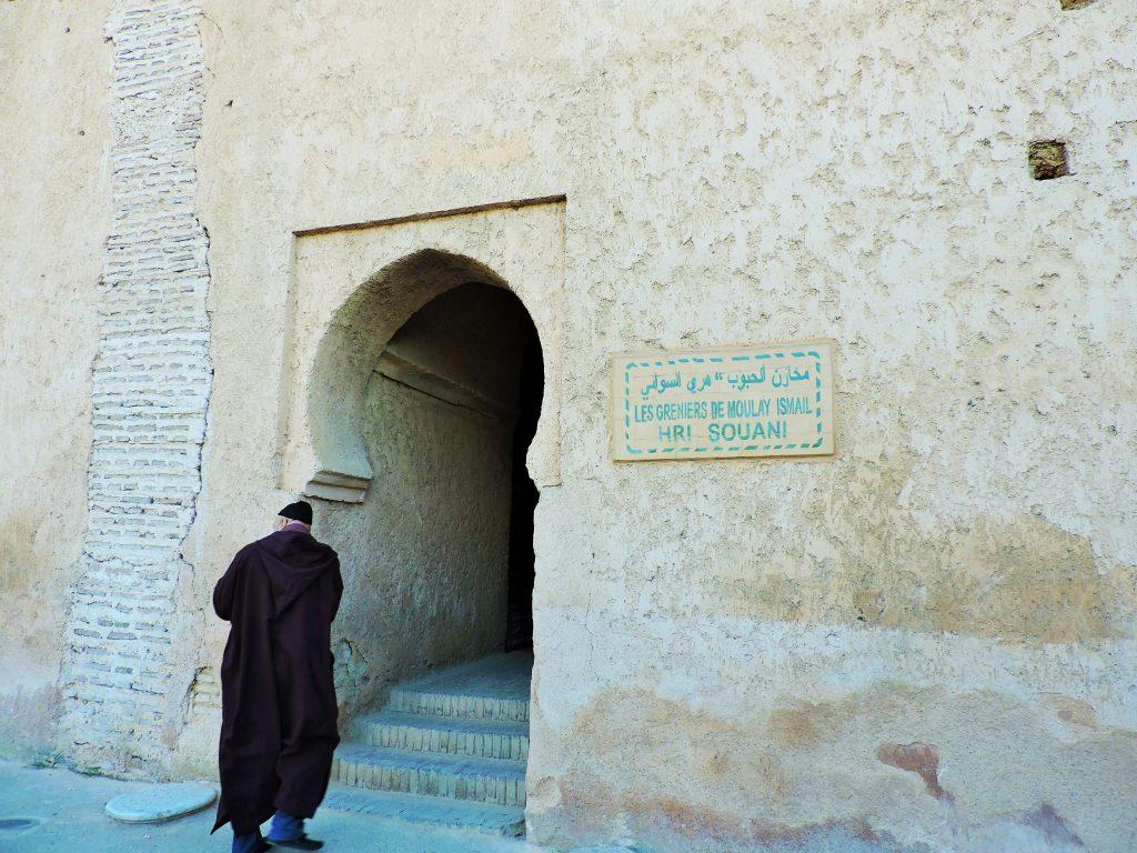 ein Marokkaner vor einem alten Eingangstor