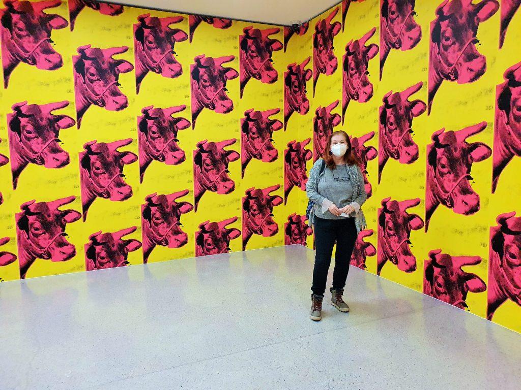 Wände eines Ausstellungsraumes mit roten Kuhköpfen auf Gelb gemalt