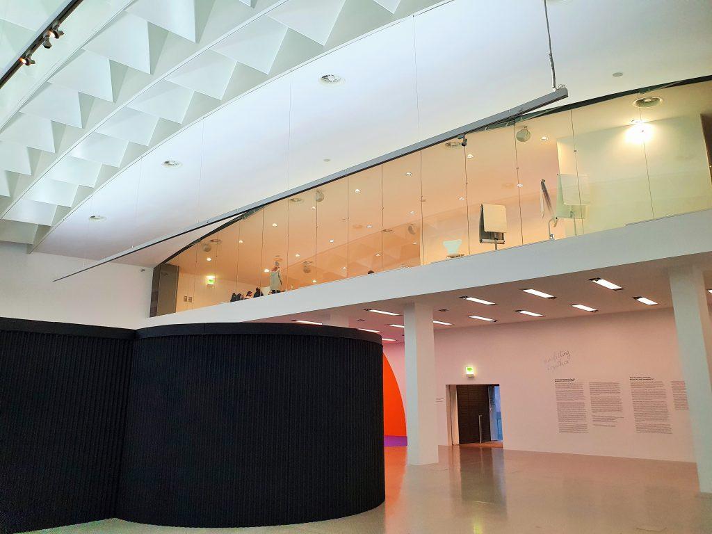 Halle in einem Museum für moderne Kunst