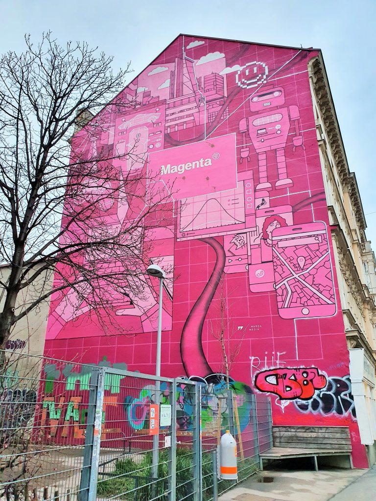Häuserfassade mit einem riesigen roten Mural, streetart murals Wien