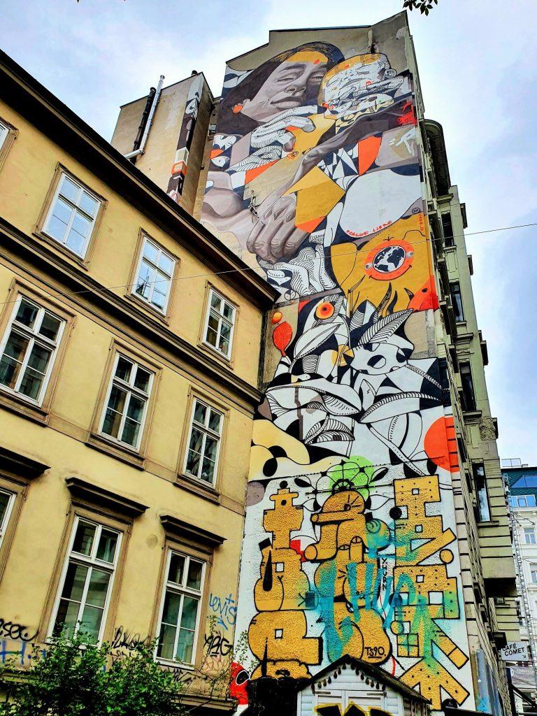 Mural Streetart an hohem Haus in Wien